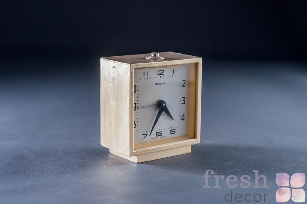Часы будильник белые