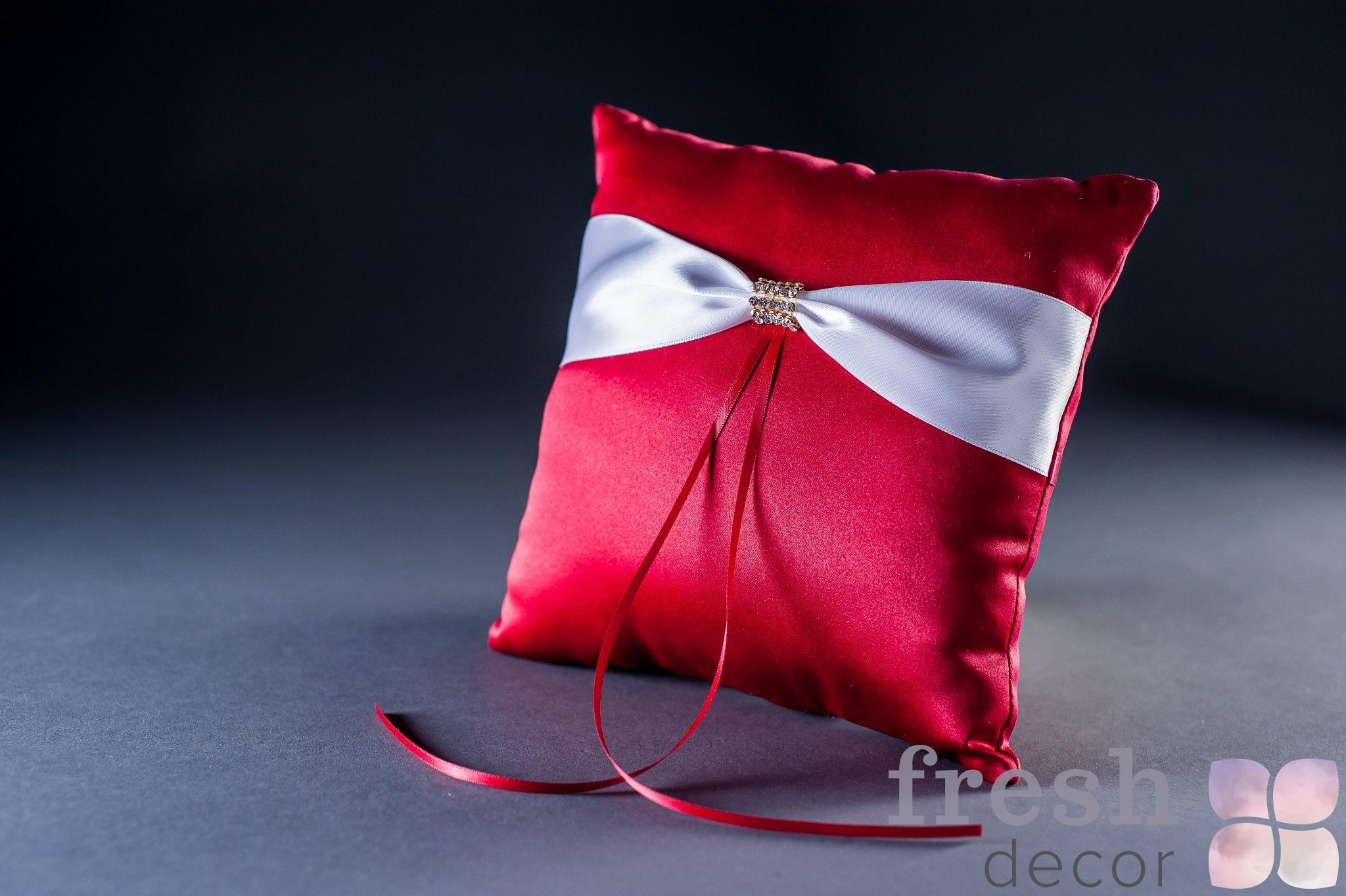 Красная подушечка для колец в аренду