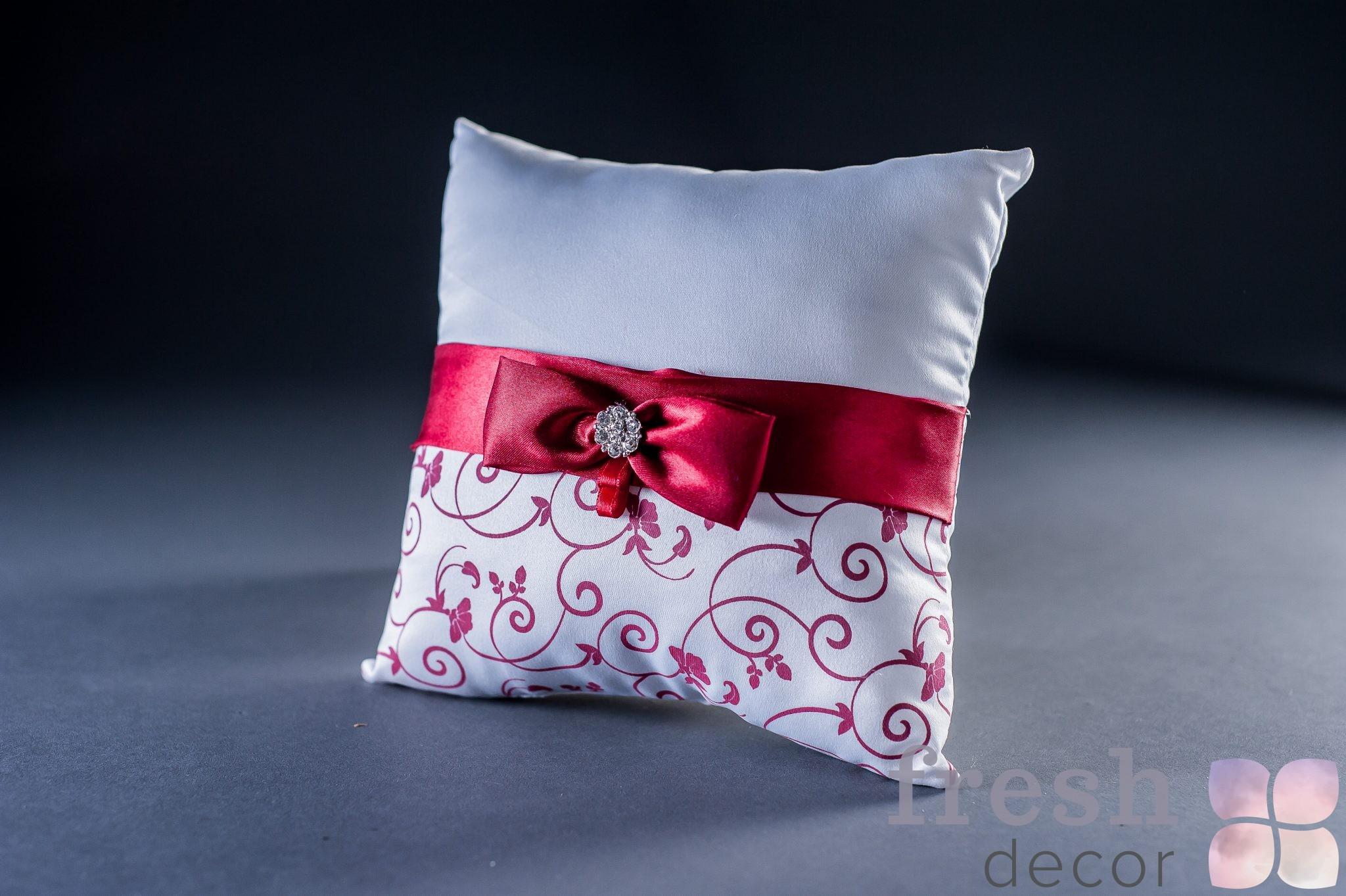 Подушечка для колец белая с красной лентой