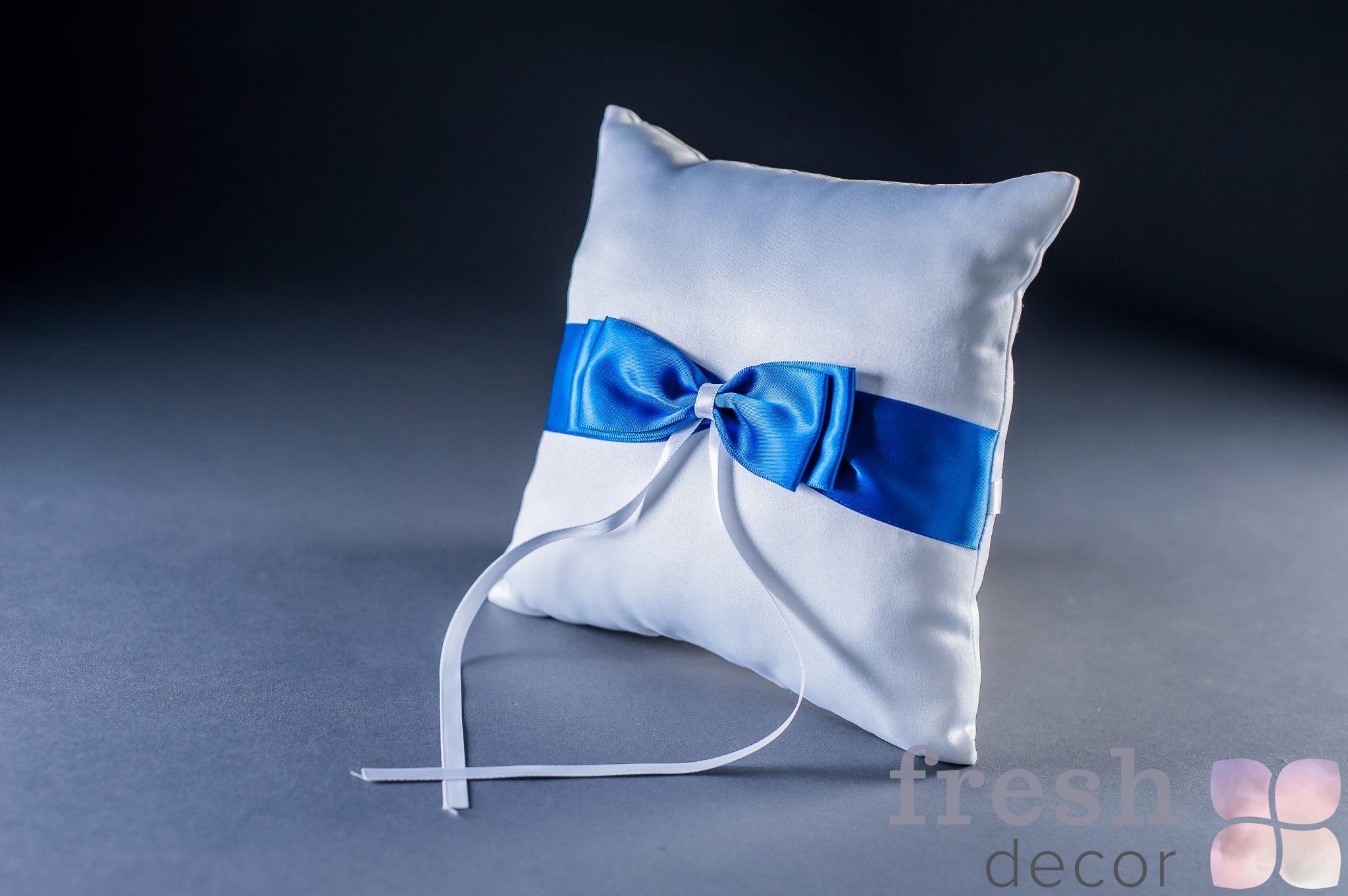 Подушечка для колец белая с синей лентой