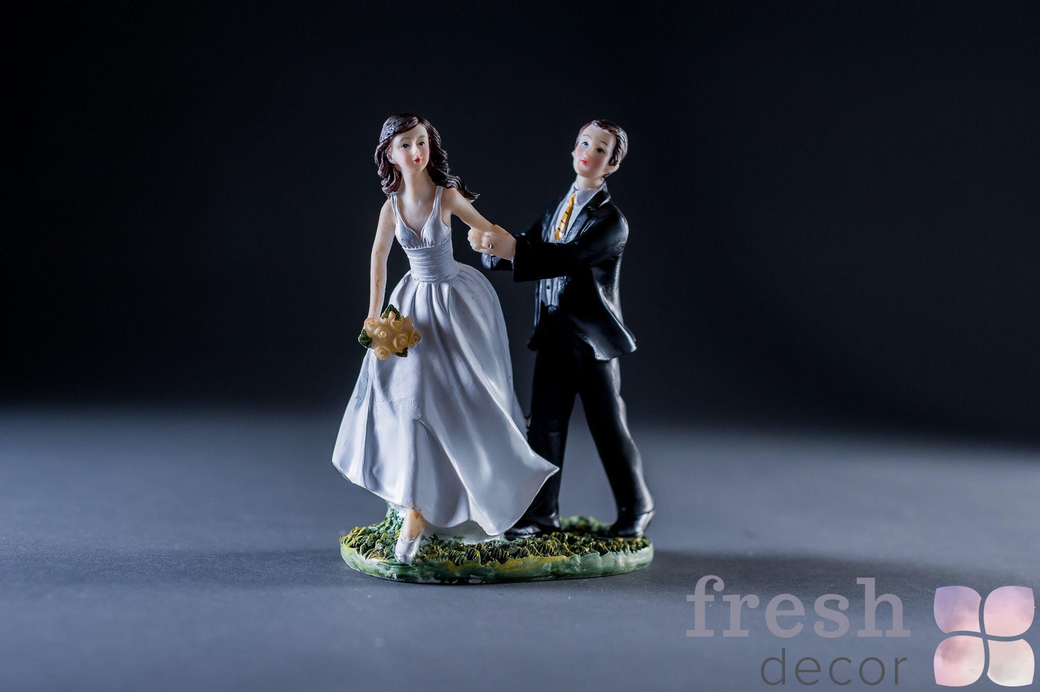 Фигурка «Девушка ведет жениха под венец»