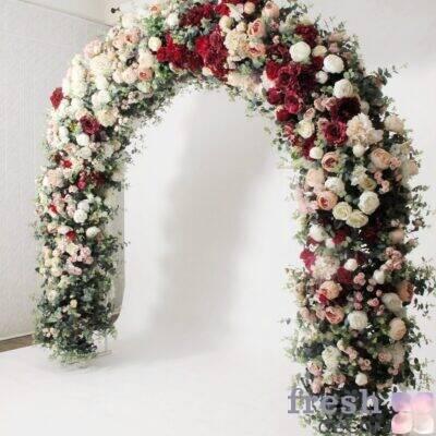 arka belo zelenaya shirokaya ovalnaya dlya svadby