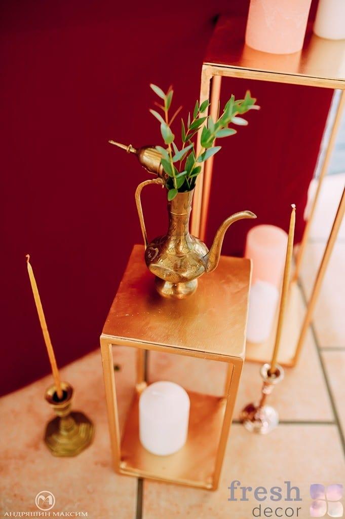 золотой декор на свадьбу в золотистом цвете кувшин в аренду