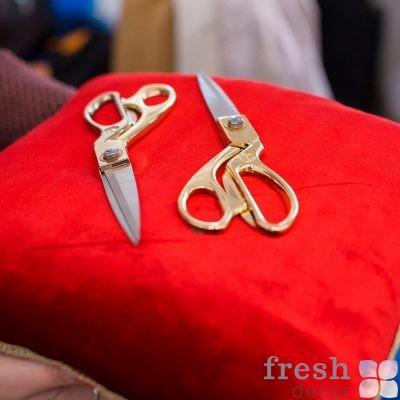 золотые ножницы на красной подушке