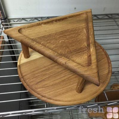 деревянная треугольная подставка на ножках для фуршетного стола фуршета и бакетного оформления