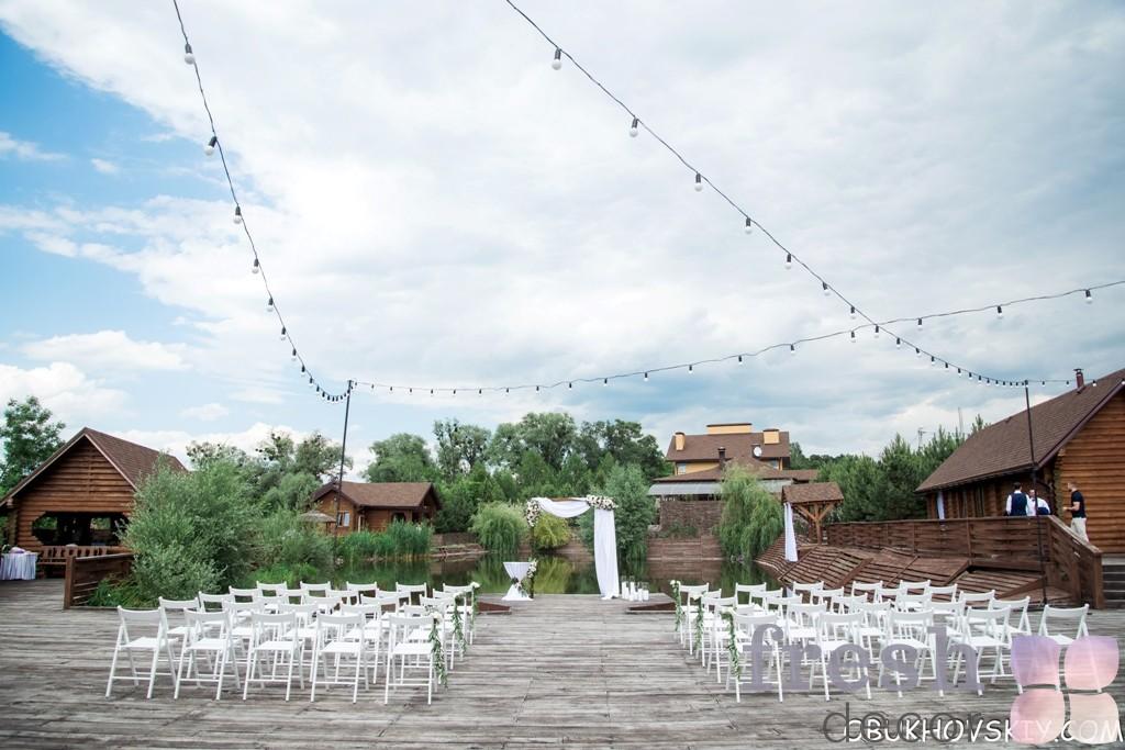 п образная квадратная арка в аренду прокат Харьков стулья белые раскладные деревянные в аренду для выездных церемоний