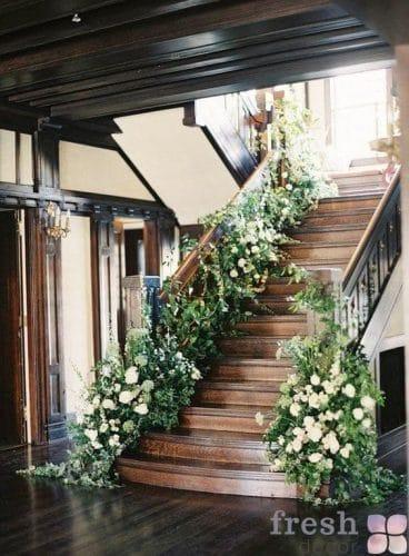 декор лестницы на свадьбу живыми цветами