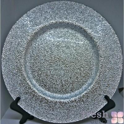 серебряная тарелка с шероховатой поверхностью