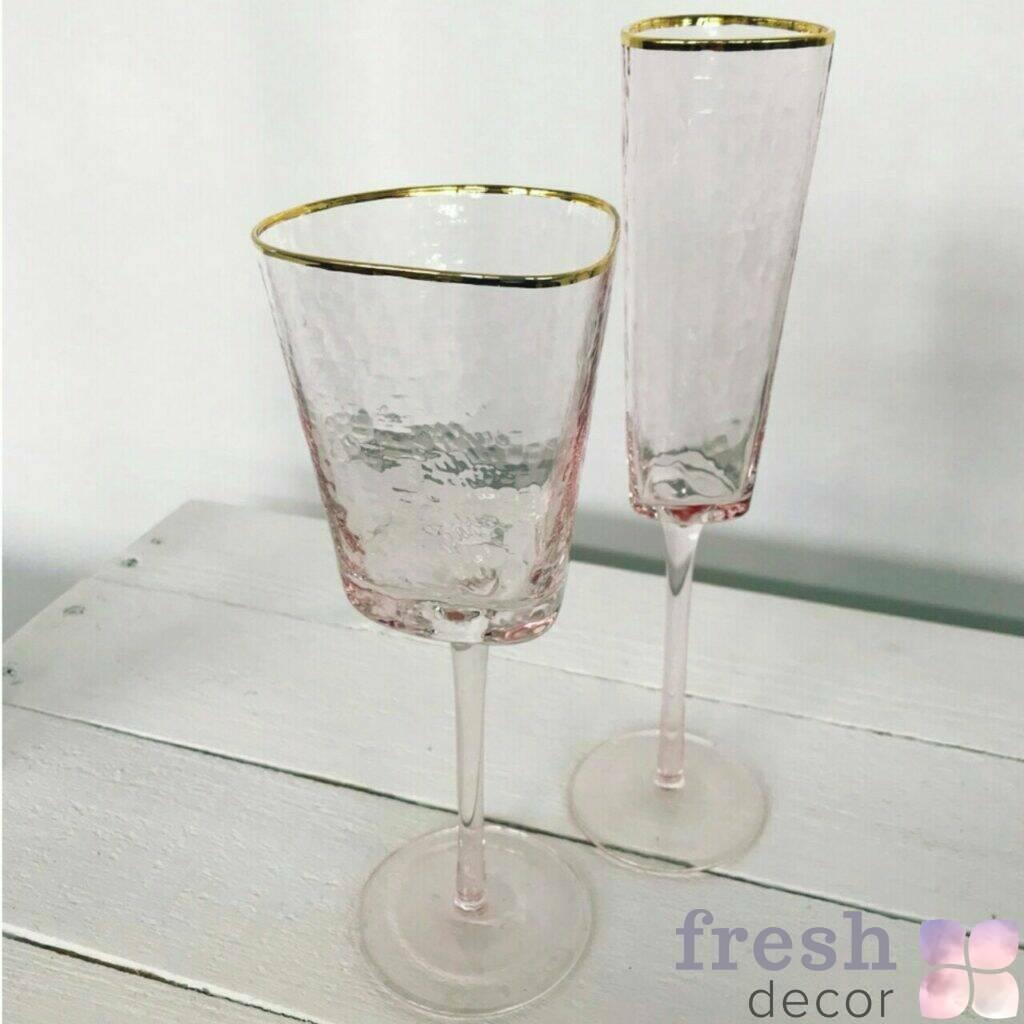 bokaly rozovogo cveta s zolotoj kaemochkoj dlya vina i shampanskogo