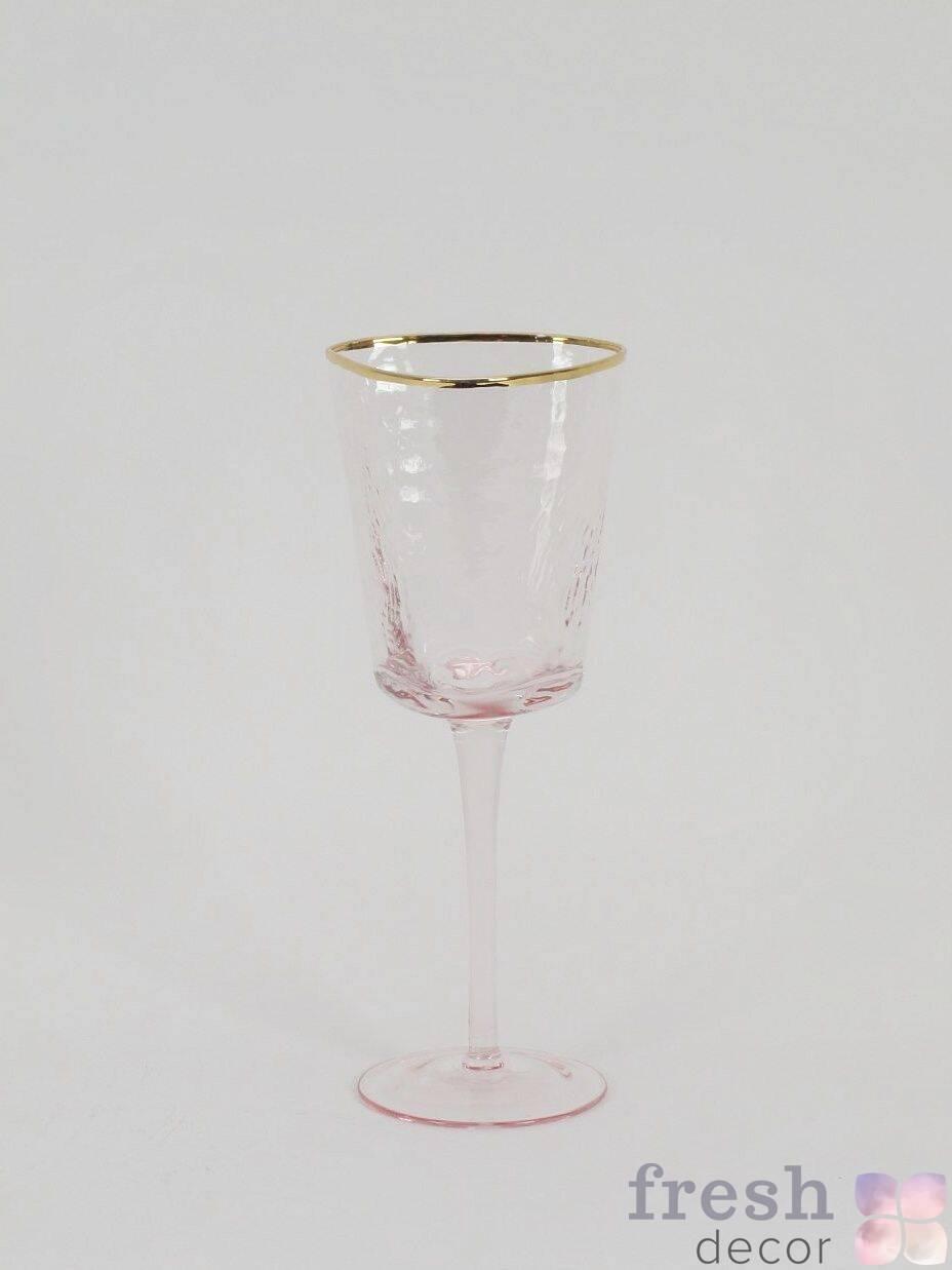 rozovye steklyanye bokaly dlya vina i shampanskogo na dlinnoj nozhke s zolotym kantom