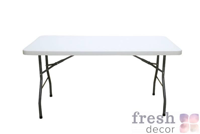 raskladnoj stol dlya banketa s beloj plastikovojstoleshnicej