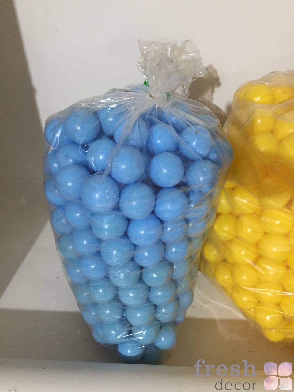 sinie malenkie shariki iz plastika dlya arendy