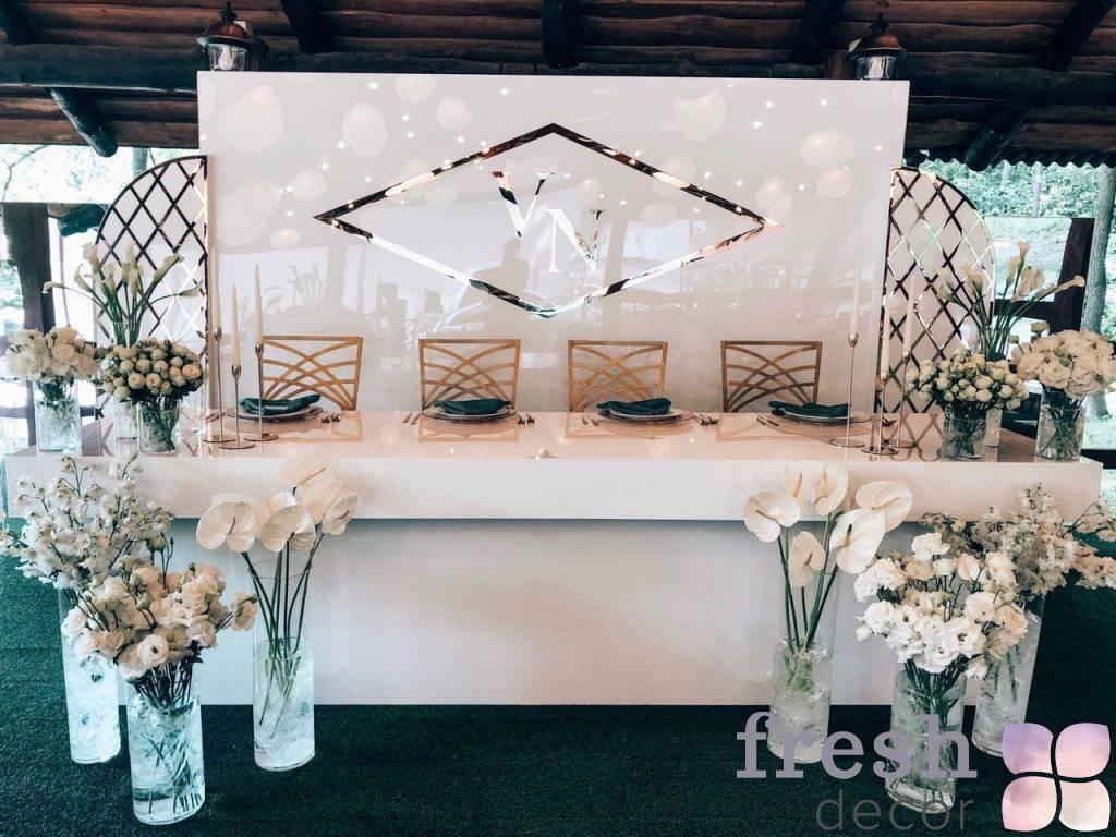 stol belyj iz polistirola v arendu