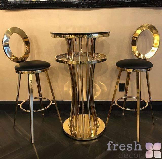 barnyj zolotoj stolik so stulyami s steklyanoj stoleshnicej dlya iventov ukraina