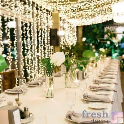 dekor restorana terassa xarkov pelas svetodiodnymi girlyandami