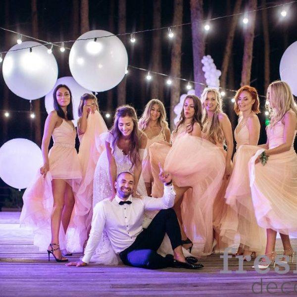 svadebnoe vechernee oformlenie svetom i girlyandami v restorane verxoly na lletnej terasse Фотографии свадебных проектов