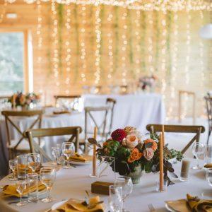 svetovoj dekor restorana kora teplogo svecheniya girlyandami