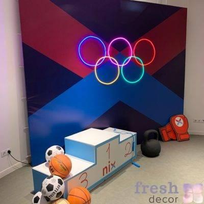 sportivnaya fotozona s pedistalom i neonovoj podsvetkoj