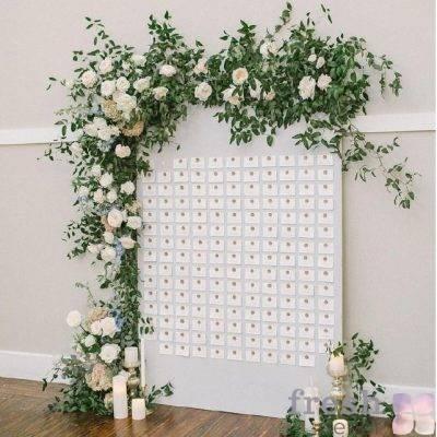 cvetochnoe oformlenie svadby v sadovom stile belymi zhivymi rozami i zelenyu