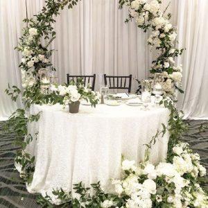 oformlenie svadebnogo prezidiuma zhivymi cvetami