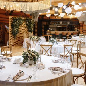svadebnyj dekor zala restoran dubrovskij retro girlyandami
