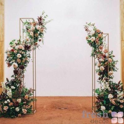 vyezdnaya ceremoniya s belo kremovymi cvetochnymi kompoziciyami na pryamougolnyx stojkax