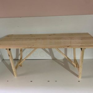 Arenda stola iz naturalnogo dereva svetlogo cveta