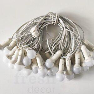 girljanda na belom provode s lampami