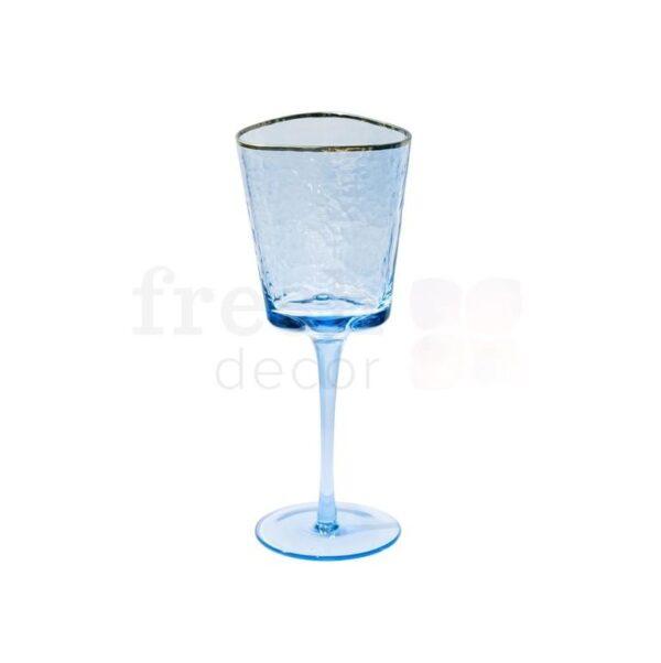 bokal iz sinego stekla dlja krasnogo vina s zolotoj kajmoj