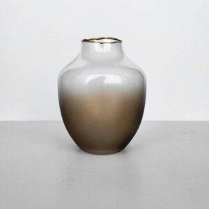 stekljannaja vaza ovalnoj formy kremovogo cveta bolshaja