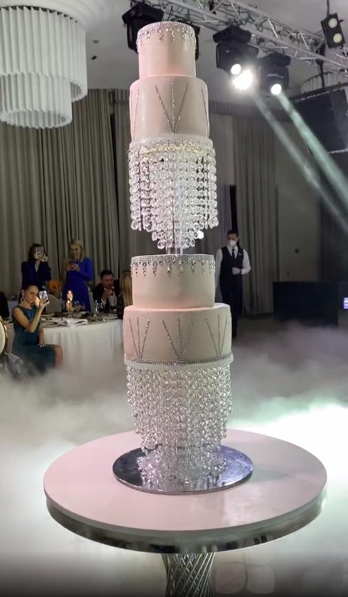 vysokaja podstavka pod tort s telezhkoj na kolesikah