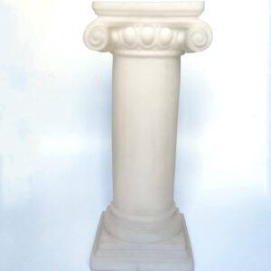 kolonna iz belogo plastika v grechesom stile