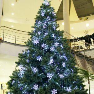 dekor bolshoj novogodnej eli svetovymi girljandami min