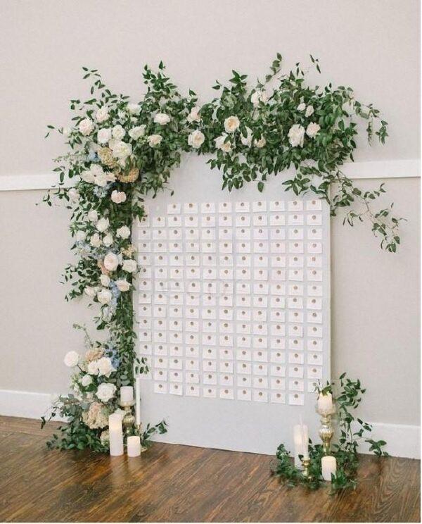 cvetochnoe oformlenie svadby v sadovom stile belymi zhivymi rozami i zelenyu 1