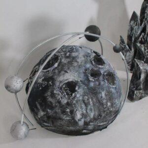 dekoraciya fotozona planeta s kraterami i orbitoj v prokat min 1