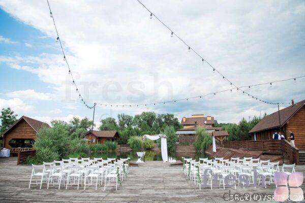 obraznaja kvadratnaja arka v arendu prokat harkov stulja belye raskladnye derevjannye v arendu dlja vyezdnyh ceremonij 3