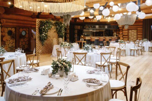 svadebnyj dekor zala restoran dubrovskij retro girlyandami 2